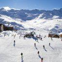 Le ski de printemps en avril sur une vraie neige d'hiver