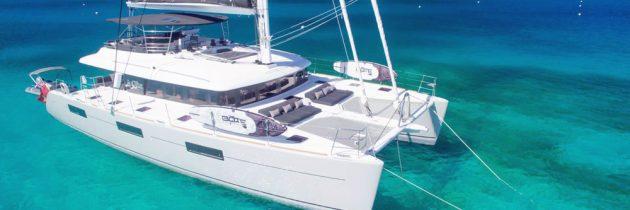 Optez pour la location d'un catamaran à Antibes pour découvrir la Côte d'Azur